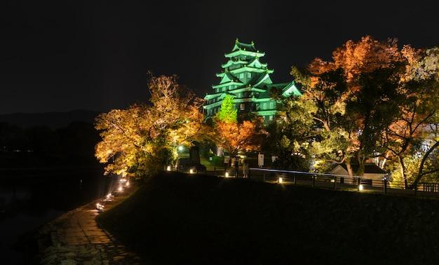 Paysage de nuit du château d'okayama à okayama, au japon