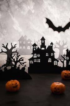 Paysage de nuit mystérieux avec silhouettes de maisons et cimetière modèle de conception avec un espace pour le texte.