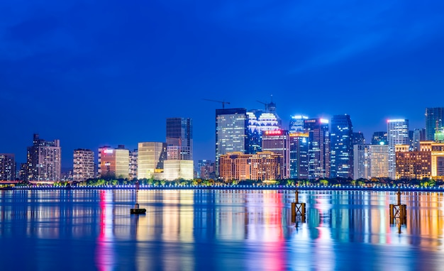 Paysage de nuit d'un paysage architectural urbain moderne à hangzhou