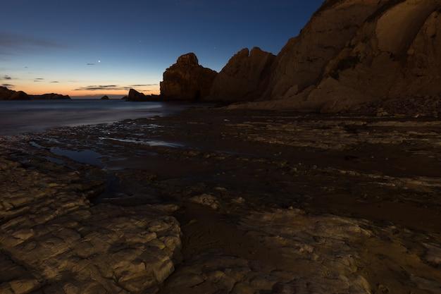 Paysage de nuit sur la plage de portio.