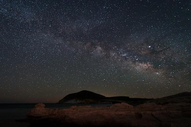 Paysage de nuit avec la voie lactée de la plage de genoveses. parc naturel cabo de gata. andalousie espagne.