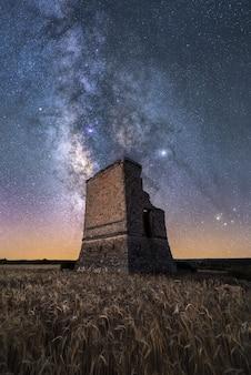 Paysage de nuit avec la voie lactée sur un vieux château