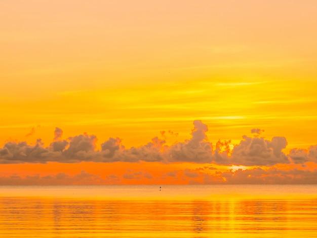 Paysage d'océan de belle plage tropicale et mer avec nuage et ciel au lever ou coucher du soleil