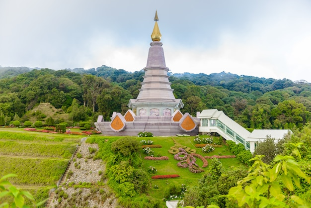 Paysage pagode historique noppamethanedol & noppapol phumsiri in doi parc national de inthanon