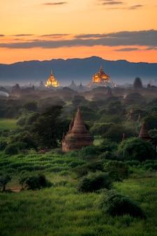 Paysage de pagode sous un coucher de soleil au crépuscule dans la plaine de bagan, au myanmar.