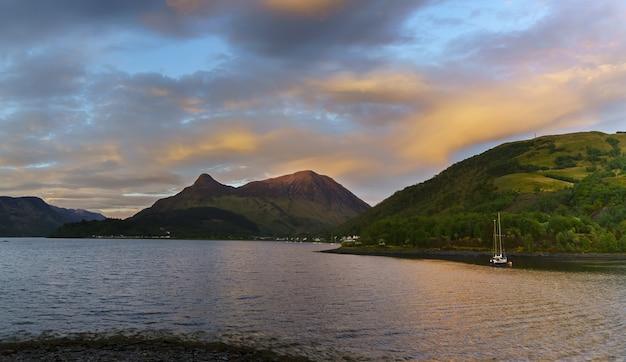 Paysage panoramique du magnifique loch leven au coucher du soleil , glencoe , ecosse