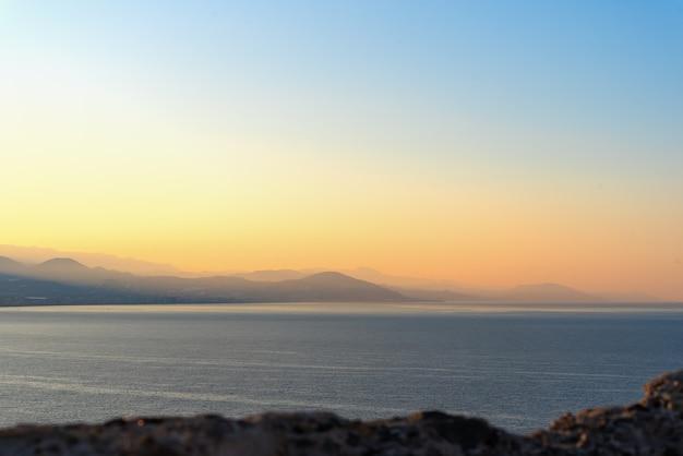 Paysage panoramique de montagne avec des silhouettes de montagnes au lever du soleil à alanya, turquie.