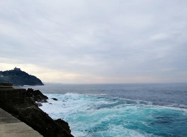 Paysage parfait d'une plage tropicale dans la station balnéaire de san sebastian, espagne