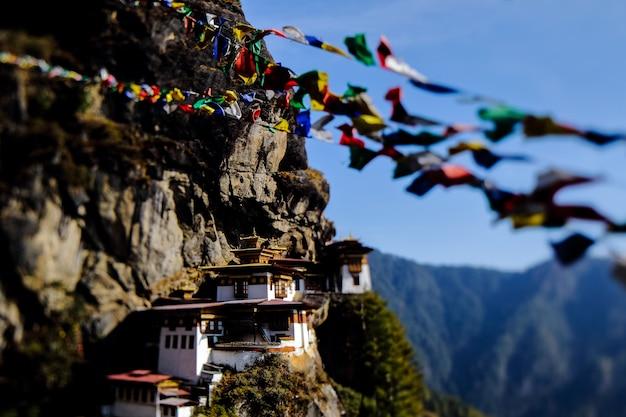 Paysage de paro taktsang (nid du tigre), bhoutan. site emblématique et religieux le plus emblématique.