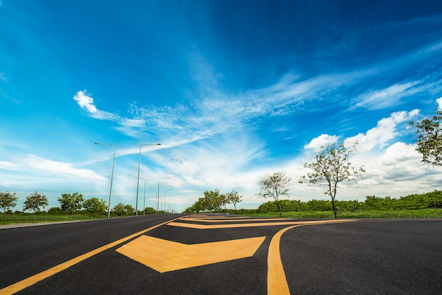 Paysage et perspective de la route locale droite sur ciel bleu