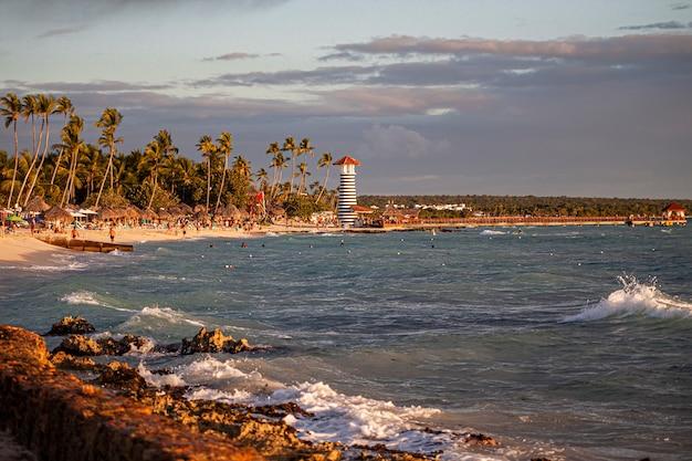 Paysage de phare de bayahibe au coucher du soleil, république dominicaine