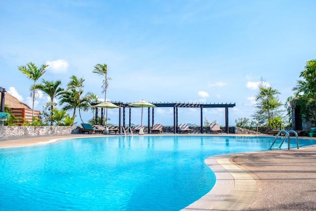 Paysage piscine et ciel bleu avec des nuages