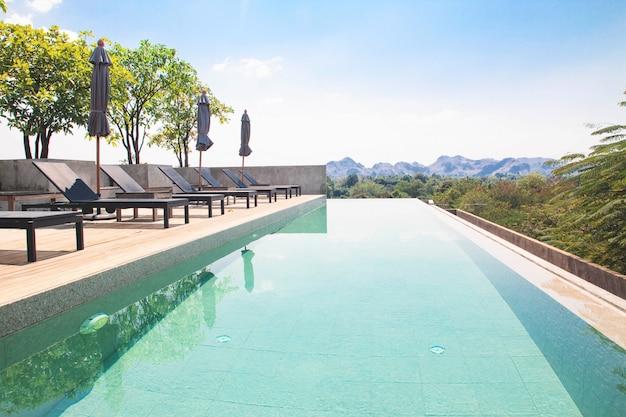 Paysage de piscine sur le toit avec vue sur la montagne sur fond