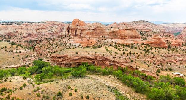 Paysage pittoresque de canyon profond, de rochers et de montagnes