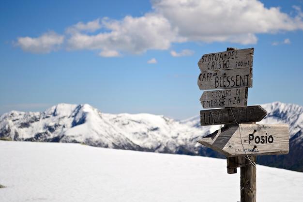 Paysage pittoresque d'hiver dans les alpes italiennes avec de la neige. trail singpost