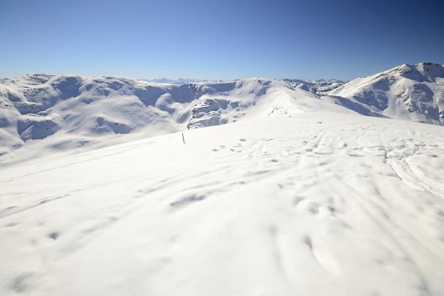 Paysage pittoresque d'hiver dans les alpes italiennes avec de la neige.