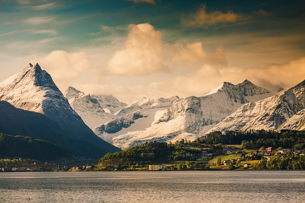 Paysage pittoresque. papier peint naturel. paysage scandinave de montagne. belle nature. fjord en norvège