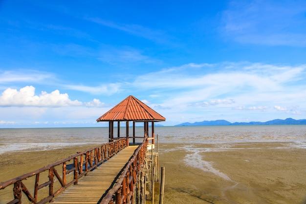 Paysage de plage noire laemngop, province de trat en thaïlande.