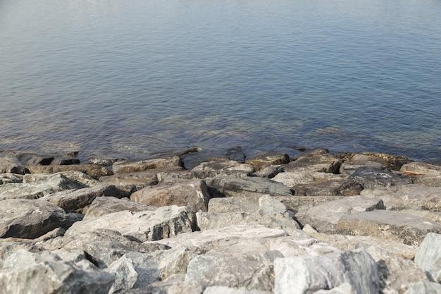 Paysage de plage rocheuse au crépuscule.
