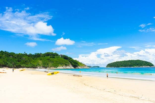 Paysage plage sable de mer en journée d'été. concept de nature et de voyage.