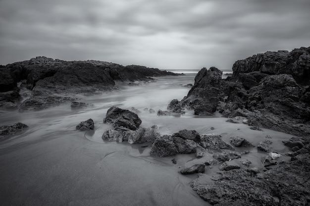 Paysage sur la plage de valdearenas. parc naturel de liencres. cantabrie. espagne.