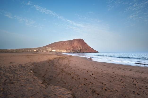 Paysage de plage volcanique idyllique à el medano, tenerife, espagne.