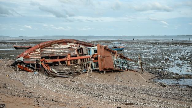 Paysage de plages avec accident de mer et de bateau, pattaya, thaïlande.