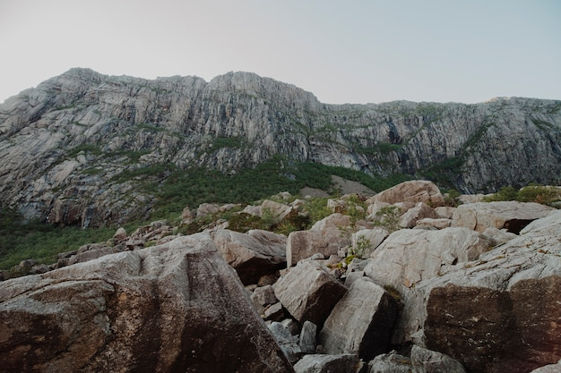 Paysage plein de formations rocheuses