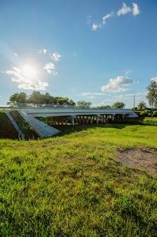 Paysage avec un pont à la campagne