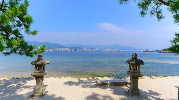 Paysage pris de l'île de miyajima en voyant miyajimaguchi et la mer intérieure