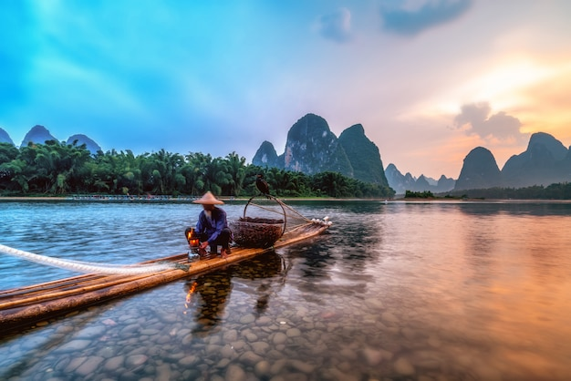 Paysage et radeaux de bambou de la rivière lijiang à guilin, guangxi