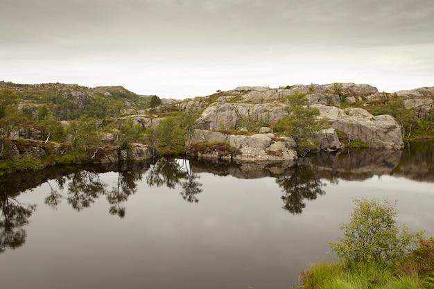 Paysage avec reflet de l'eau, arbres et rochers