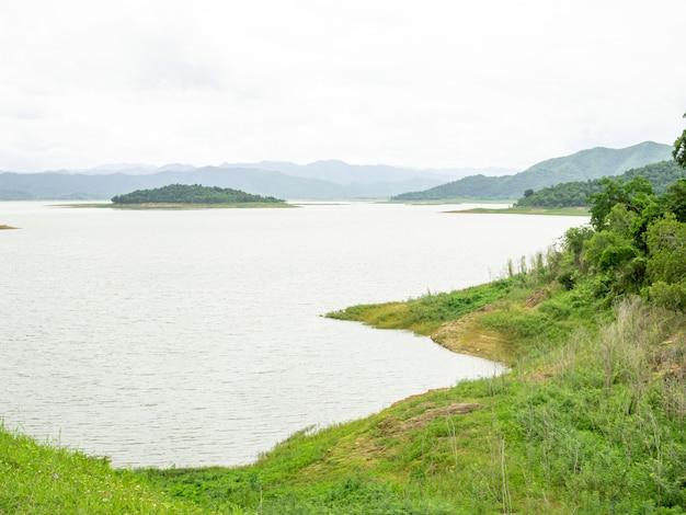 Paysage d'un réservoir sur un barrage en thaïlande
