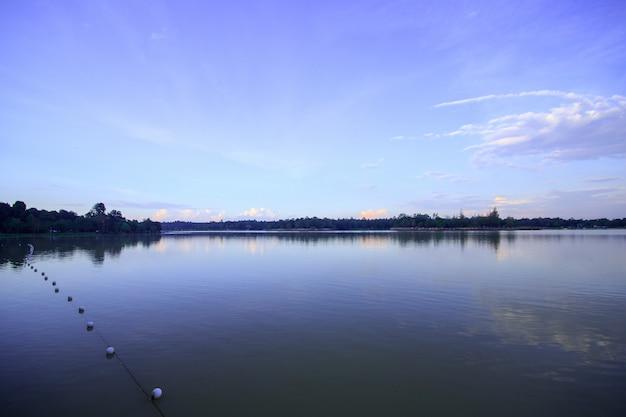 Paysage, réservoir du soir huai tueng thao, thaïlande, belle atmosphère