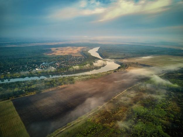 Paysage de rivière au petit matin. une cabane au loin, et l'arbre couvert de brouillard mystique, très calme et tranquille. république de moldavie de.