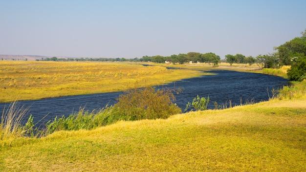 Paysage de la rivière chobe, vue de la bande de caprivi à la frontière entre la namibie et le botswana, afrique. parc national de chobe, célèbre réserve de wildlilfe et destination de voyage haut de gamme.
