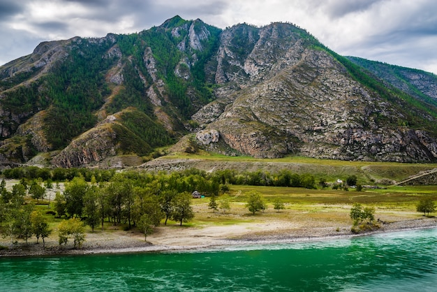 Paysage avec la rivière katun dans les montagnes de l'altaï en automne