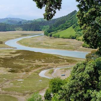 Paysage avec une rivière à marée basse à côté de la mer