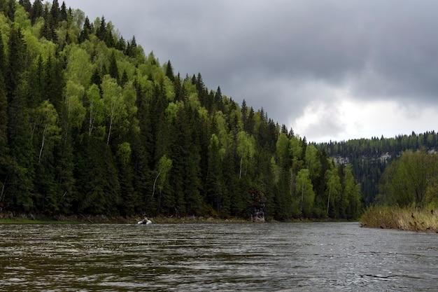 Paysage de la rivière oural usva l'affluent chusovaya