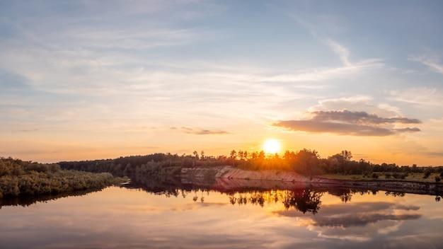 Paysage de rivière le soir à la lumière du soleil couchant