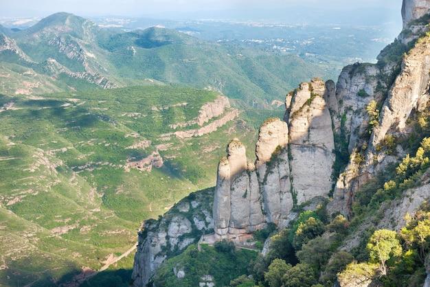 Paysage avec des rochers sur la célèbre montagne de montserrat à barcelone