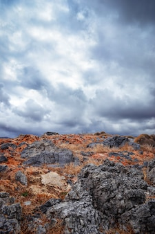 Paysage avec rochers et ciel nuageux