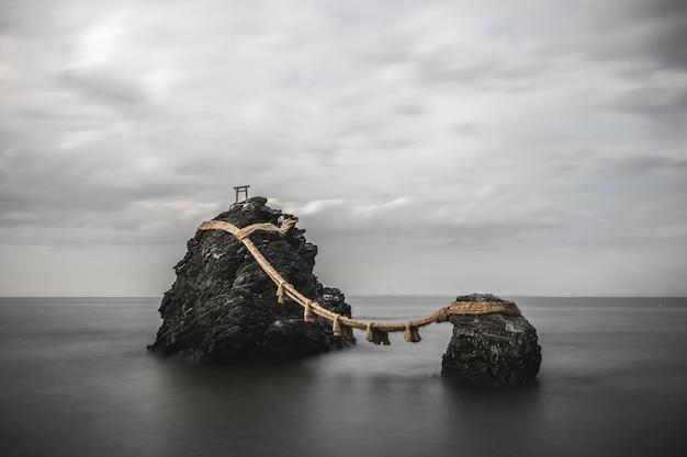 Paysage de rochers sacrés reliés par une corde dans la préfecture de mie