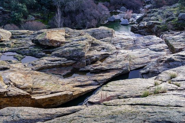 Paysage de roches de granit avec de l'eau endiguée