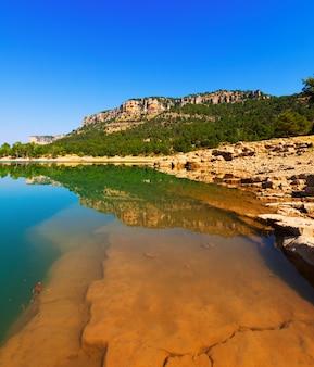 Paysage rocheux avec le lac des montagnes