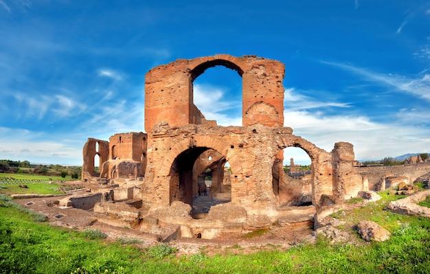 Paysage romain avec de vieilles ruines de briques sur appia way