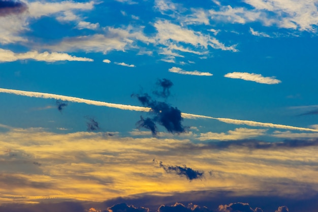Paysage rouge violet orange bleu rose coucher de soleil ciel nuage dramatique