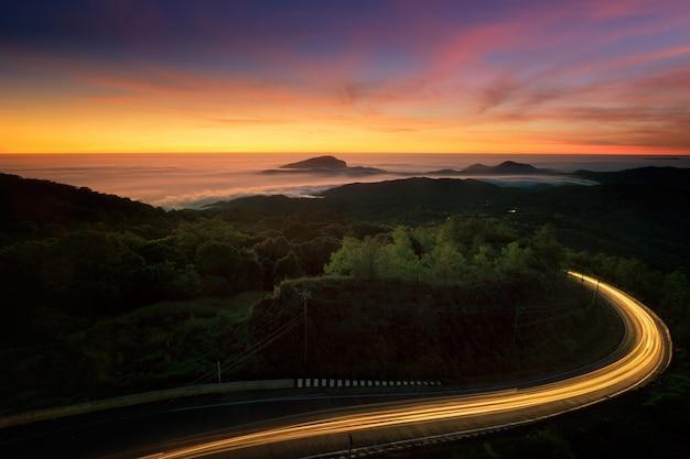 Paysage de route au milieu de la nature à l'heure du lever du soleil