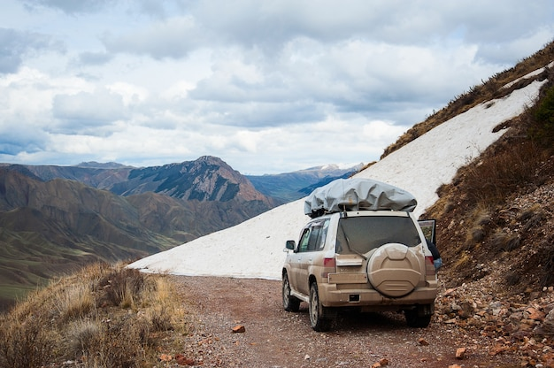 Paysage de route de neige en montagne. 4x4 en jeep sur un col de montagne