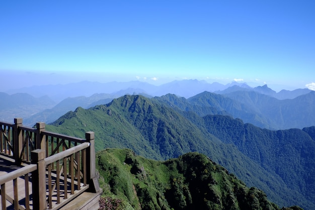 Paysage de route de la vallée de montagne avec balcon
